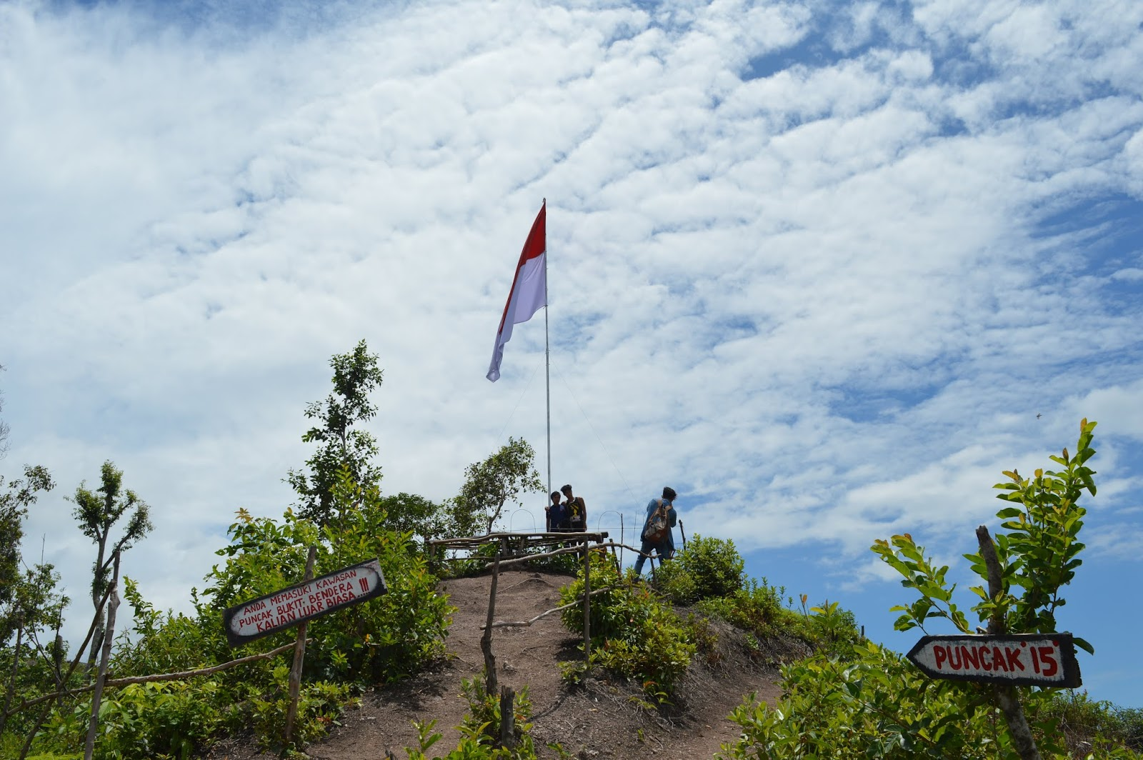 Nikmati Pemandangan Indah Nan Alami Dari  Puncak Bukit Bendera
