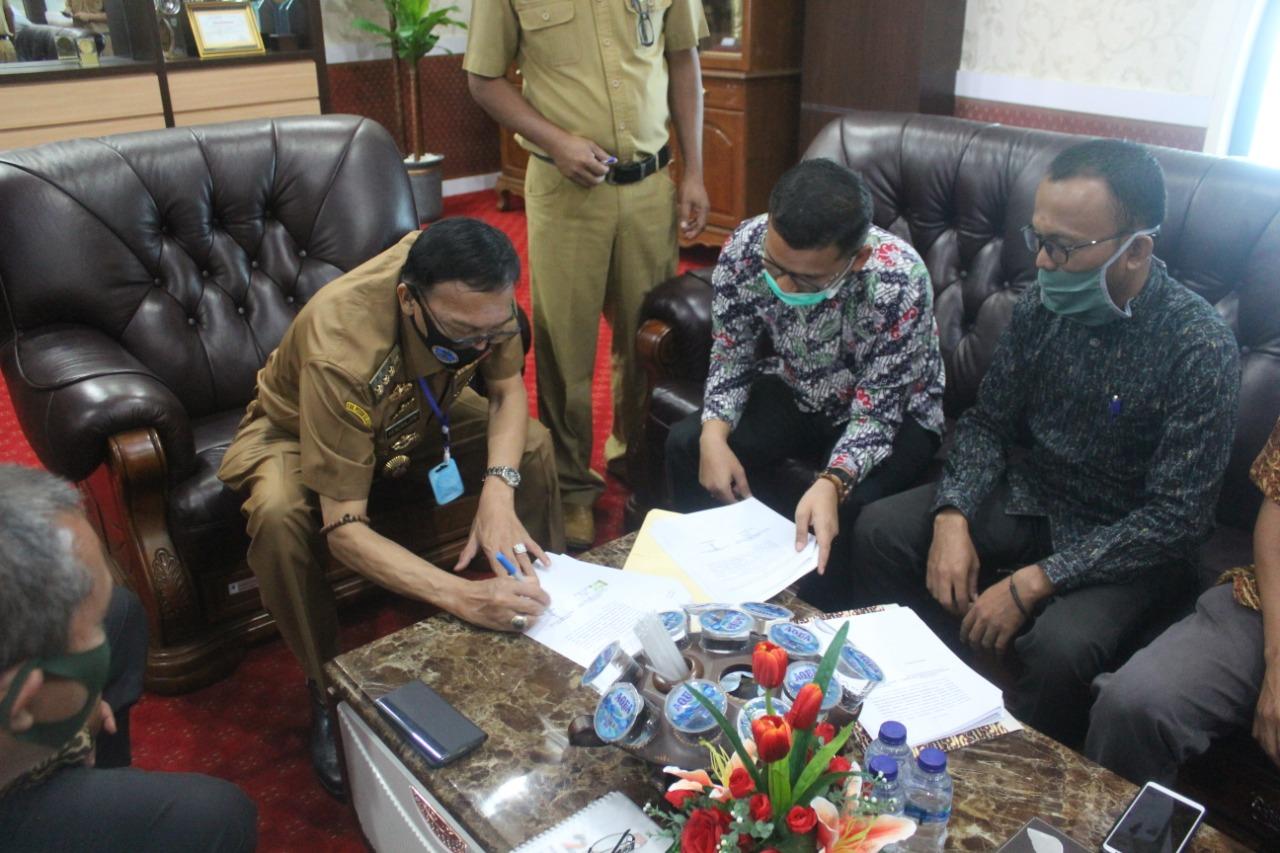 Bupati Pesisir Selatan Hendjrajoni dan KPU Lakukan Penandatanganan Adendum NPHD Dana Pilkada