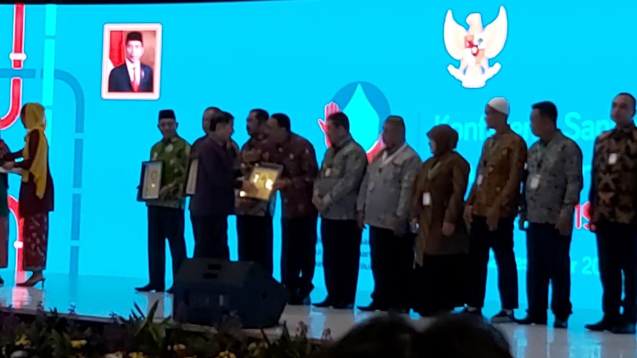 Bupati_Hendrajoni_saat_menerima_penghargaan_AMPL_Award.jpg