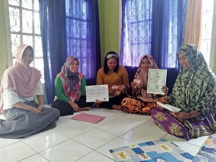 Kantor UKL Basa Ampek Balai Tapan Serahkan KK, Akta Kelahiran dan KIA pada Warga Dusun Baru
