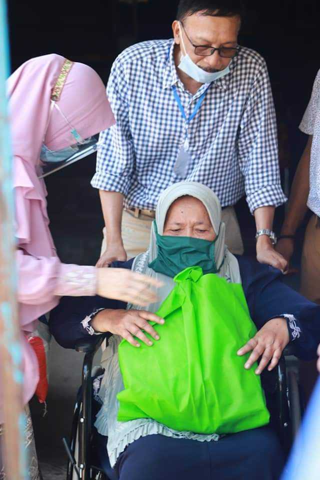 Bupati Serahkan Kursi Roda Dan Tongkat Pada Warga Kecamatan Koto XITarusan