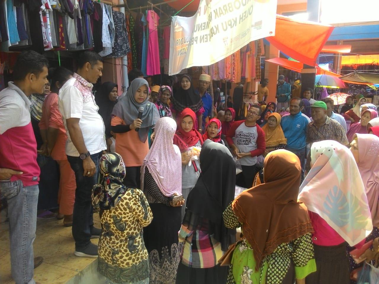 KPU Pessel grebek pasar, gelar kuis tentang pemilu 2019 ke masyarakat