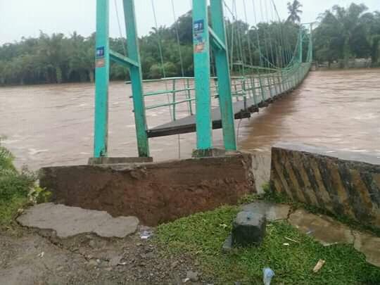 Banjir Bandang hantam satu buah jembatan gantung penghubung dua kampung