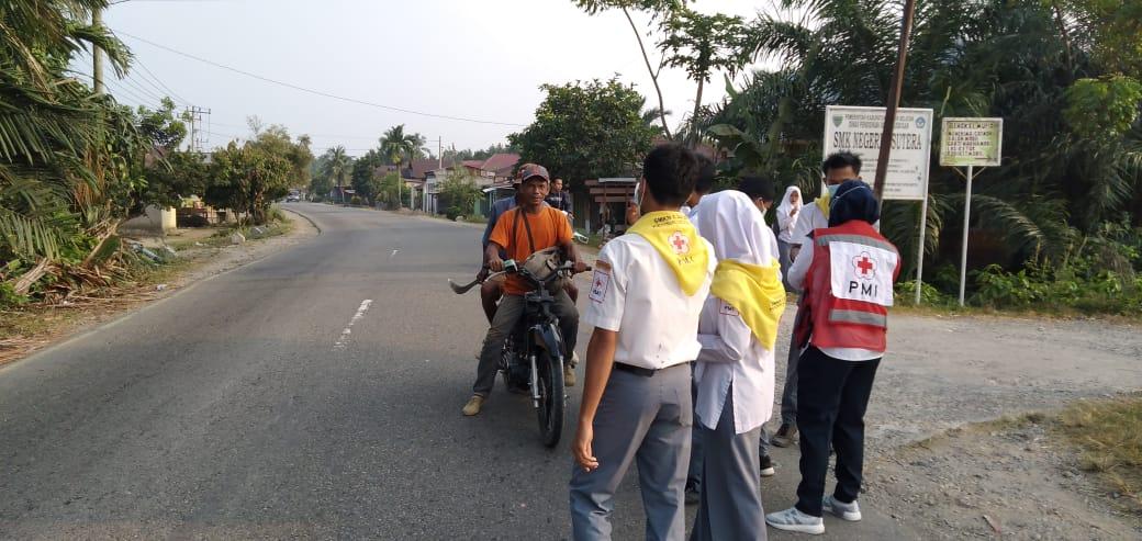 Sebagai Bentuk Kepedulian Akibat Kabut Asap, SMK N 1 Sutera Turun ke Jalan Bagikan 2000 Masker