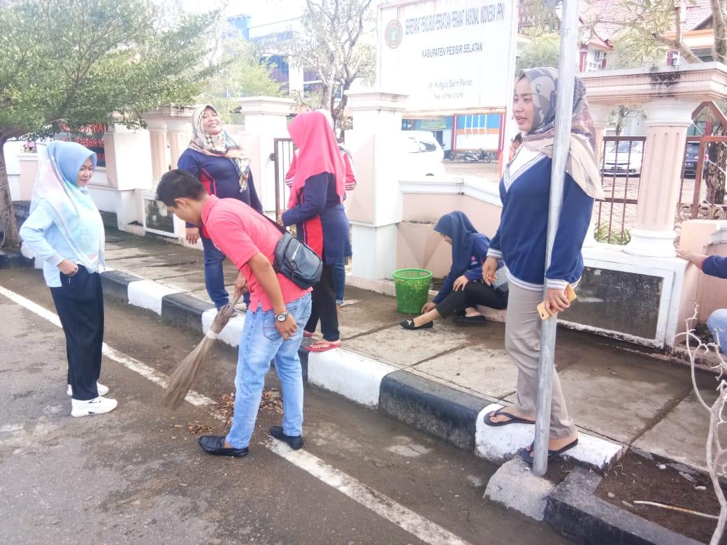 ASN Pemkab Pessel Goro Bersihkan Lingkungan Dan Fasilitas Umum