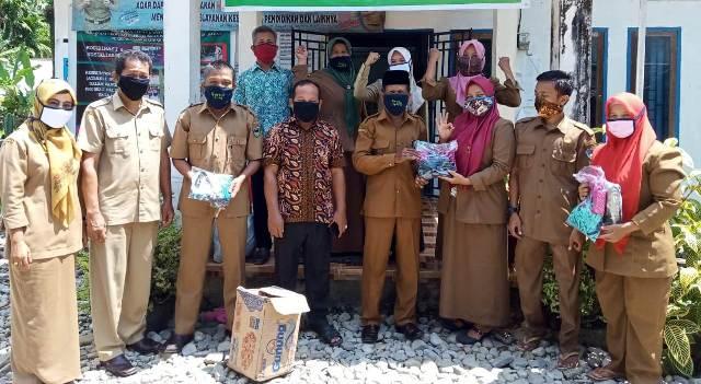Perangkat  Nagari Limau Gadang Lumpo,Kecamatan IV Jurai Pessel  Bagikan 1100 masker terhadap warganya