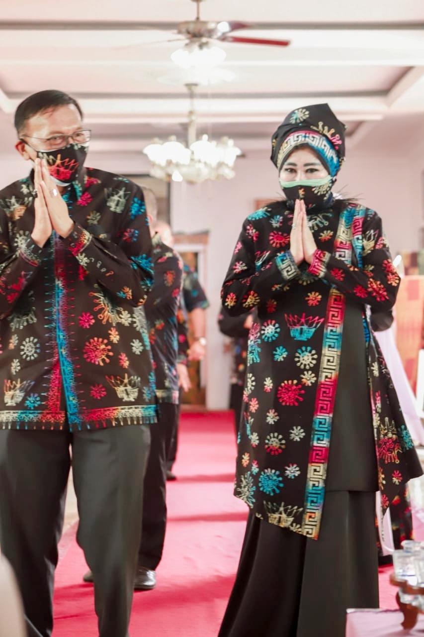 Bupati Hendrajoni Launching Batik Motif Corona dan Batik Motif Jembatan Akar