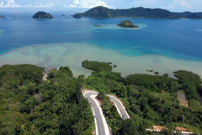 foto-udara-kendaraan-melintas-di-jalan-akses-wisata-ke-_180703170558-437.jpg