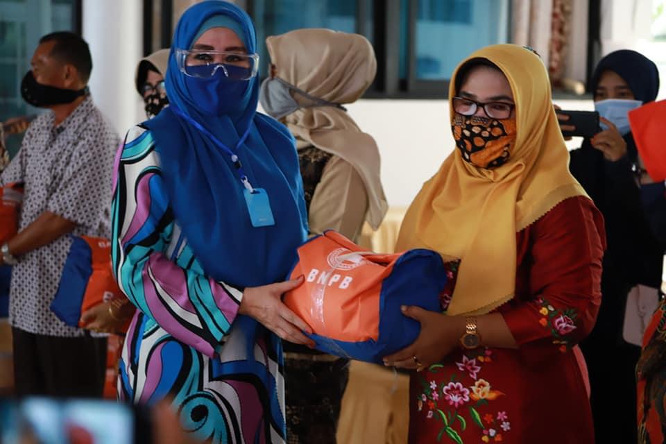 Sebanyak 141 orang Guru Kontrak dan Honorer SLB  di Pesisir Selatan Terima Bantuan Sembako